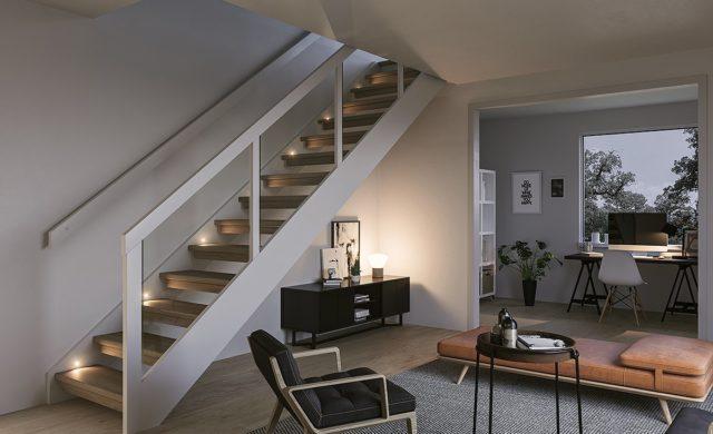Sidovangstrappa med spårat glas och belysning i vangstycket.