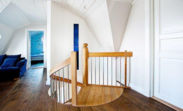 Spiraltrappa Loopen med runt öppningshål mellan våningarna.