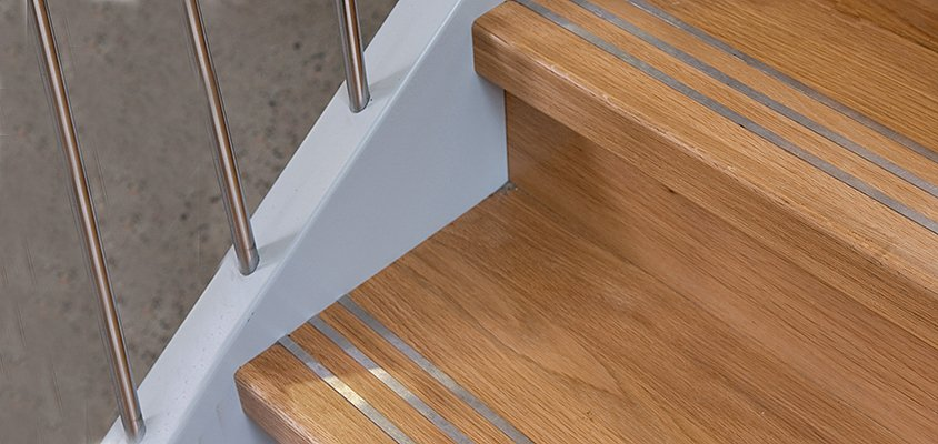 Anti-Slip in wooden staircases for public environments