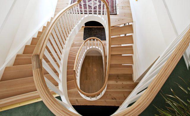 Böjlimmad klassisk trappa i douglasgran
