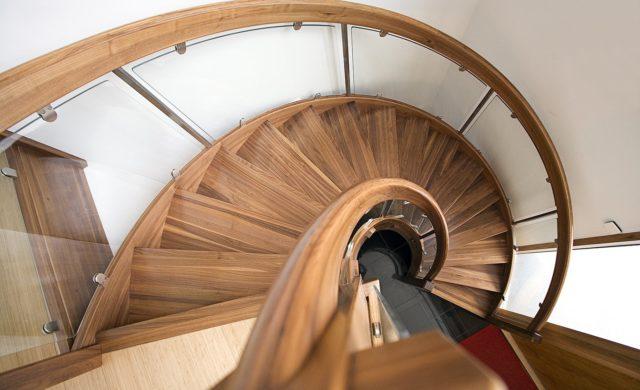 Böjlimmad trappa i valnöt